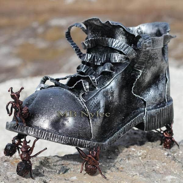 rzeźby z metalu - but z metalu - kompozycja but i mrówki ze stali - nr.kat. Z77