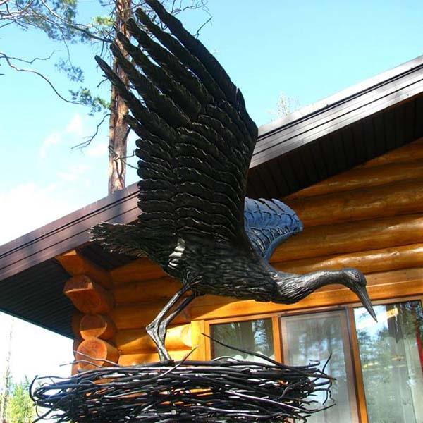 rzeźby z metalu - figury stalowe - bocian w gnieździe wykuty ze stali - nr.kat. Z71