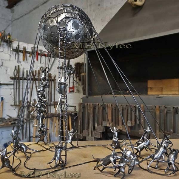 rzeźby z metalu - kompozycja - myszy trzymające księżyc - metaloplastyka produkcja - nr.kat. Z75